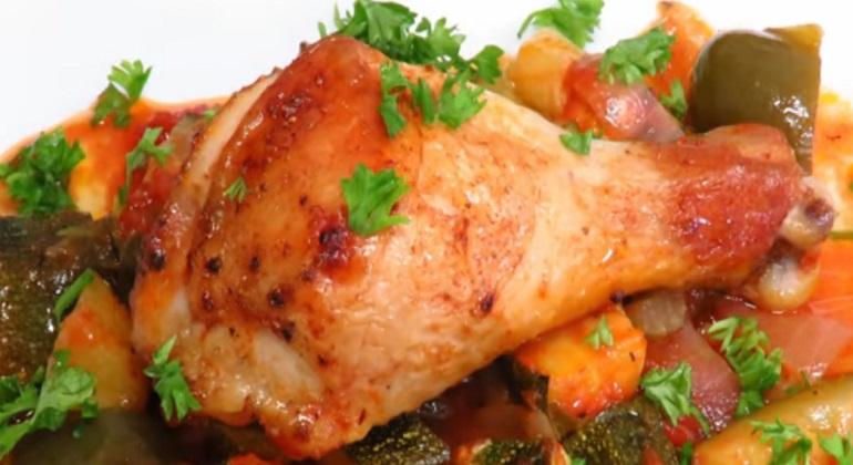 Вкуснейшее блюдо на обед или ужин: кабачки с курицей в духовке