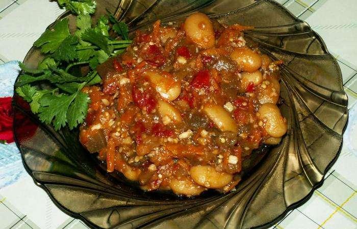 Салат кубанский из баклажанов и фасоли