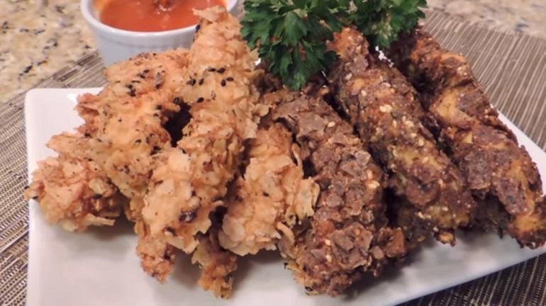 Куриное филе в кукурузных чипсах: пальчики оближешь