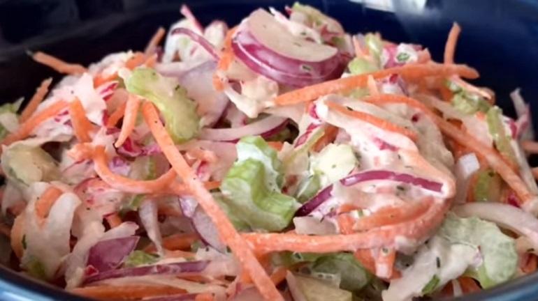Летний салат с редисом: вкусный, витаминный, на скорую руку