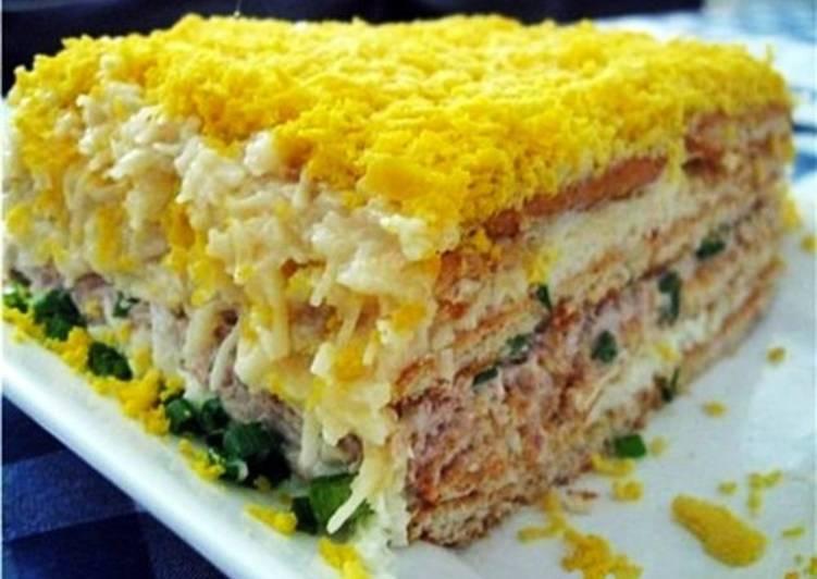 Невероятно вкусный рыбный салат с крекерами