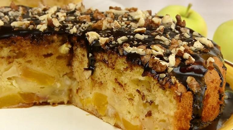 Безумно нежная шарлотка с шоколадной глазурью: пирог с яблоками и персиками