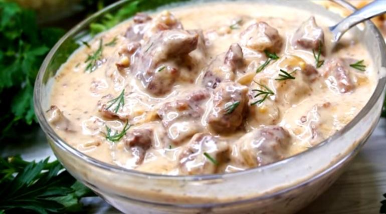 Подлива с мясом в луковом соусе: не передать словами, как вкусно