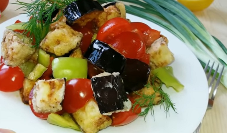 Салат из баклажанов и овощей: новый вкус любимого блюда