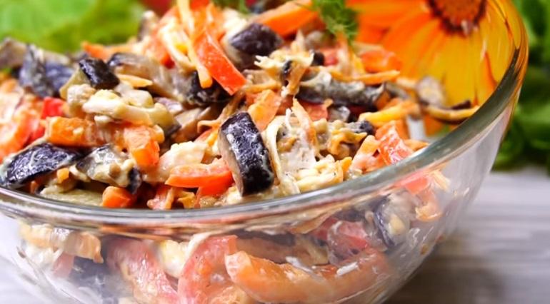 Очень вкусный салат с баклажанами и курицей: любовь с первой ложки