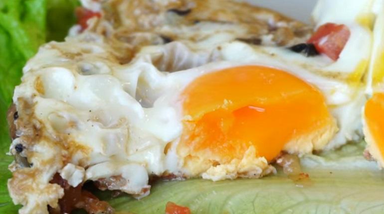 Вкусный завтрак на скорую руку: яичница с грибами и овощами