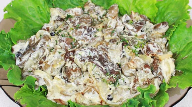 Жареные белые грибы с луком и сметаной: настоящее объедение