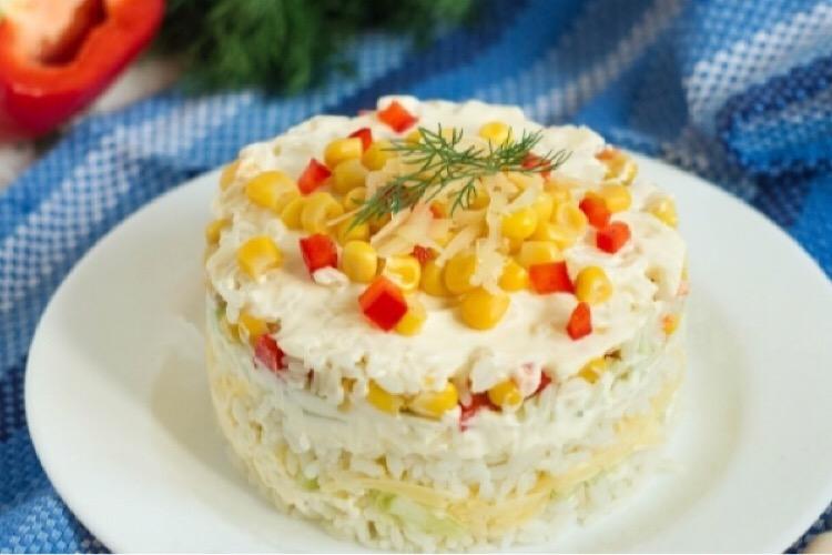 Отменный рисовый салат с перцем и огурцами