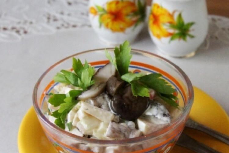 Отличный салатик на каждый день с маринованными грибами, яблоком и сыром