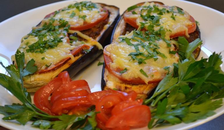 Баклажанные лодочки с сыром и помидорами: легкий ужин