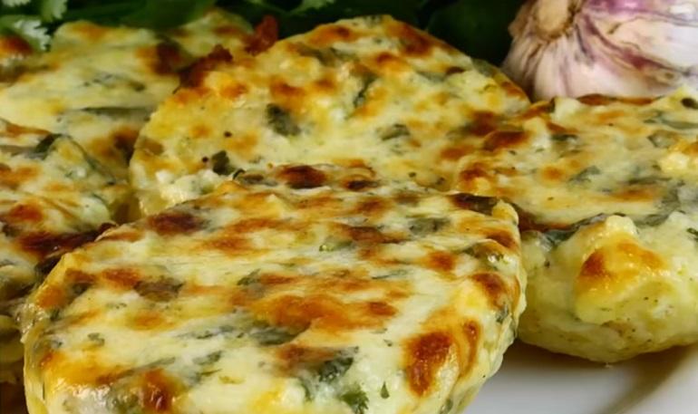 Чесночная картошка с сыром: готовим в духовке