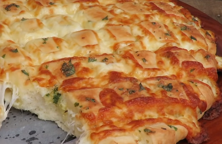 Чудо хлеб с сыром, чесноком и зеленью: так вы еще не готовили