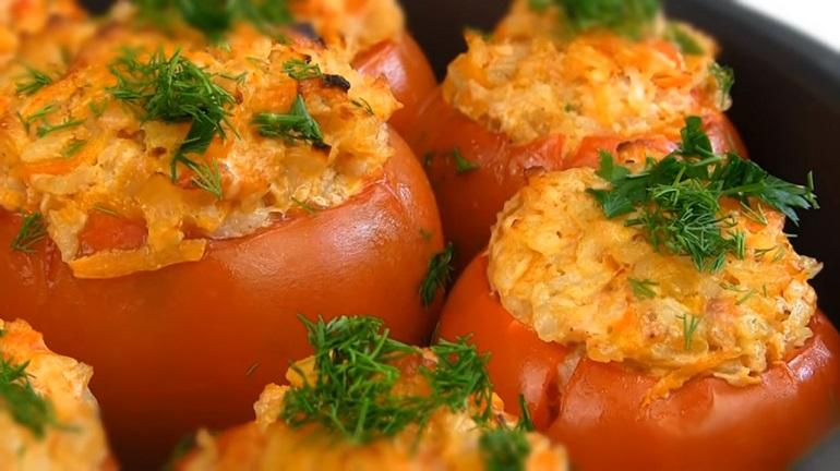 Вкуснейшее горячее блюдо: фаршированные помидоры