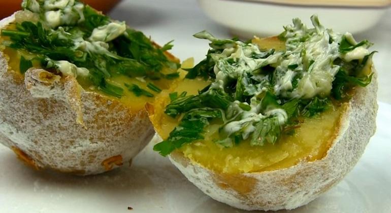 Картофель в духовке, как на костре: просто, но очень вкусно
