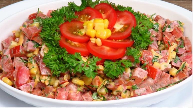 Летний салат с помидорами: бюджетный и очень вкусный
