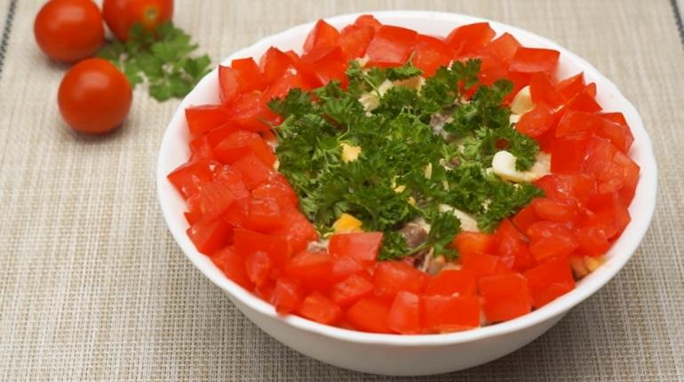 Простой салат с куриными сердечками: красивый и очень вкусный