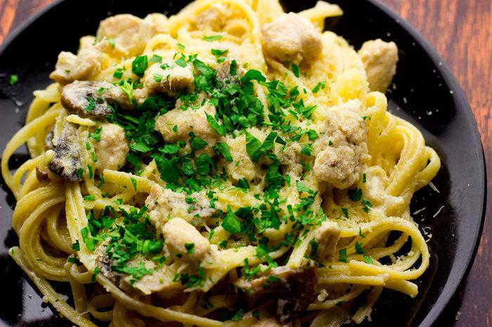Изумительно вкусные макароны с курицей и грибами