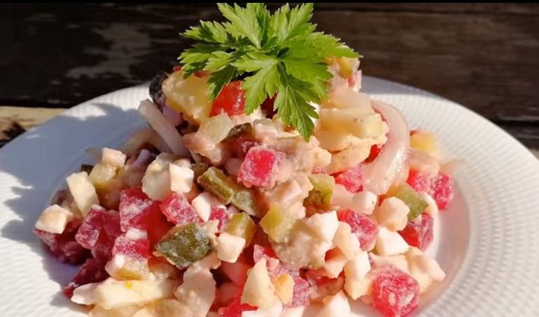 Сочный салат без майонеза: необычный рецепт
