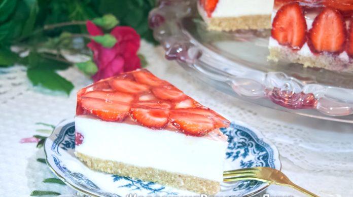 Великолепный торт без выпечки: творожно-сливочное суфле с клубникой