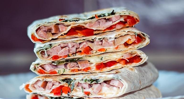 Трёхэтажный горячий бутерброд в лаваше: слоеный лаваш с начинкой