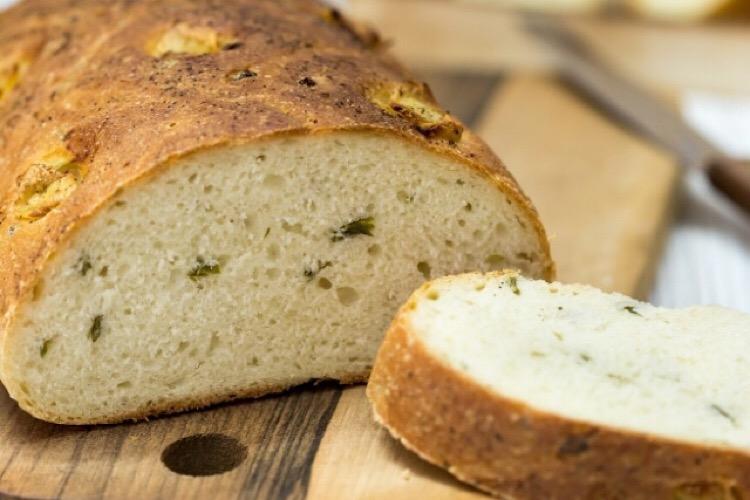 Ароматный постный хлеб с чесноком и зеленым луком
