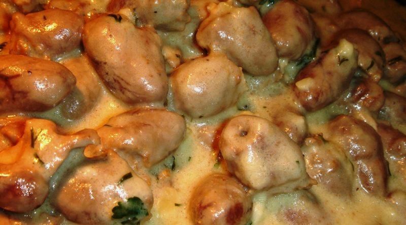 Аппетитные и ароматные куриные сердечки в горчично-сметанном соусе