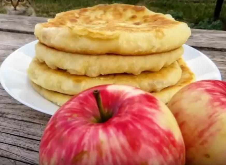 Готовятся моментально-съедаются еще быстрее. Пушистые лепешки на кефире с яблоками
