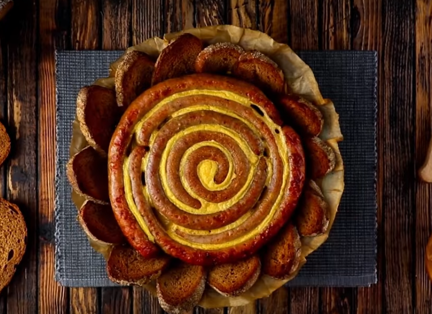 Картофельный тарт с сосисками-очень оригинальное блюдо