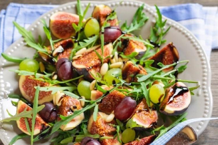 Витаминный салат с инжиром и рукколой