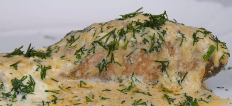 Восхитительная красная рыба под сметанно-сырным соусом