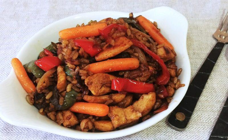 Восхитительное блюдо на каждый день: рис с овощами и мясом