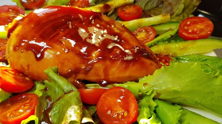 Аппетитная куриная грудка под ароматным соусом: отличное дополнение к любому гарниру