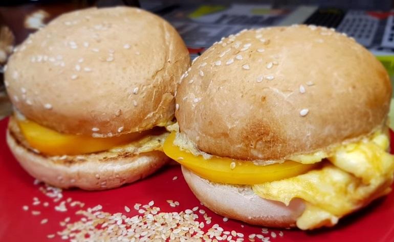 Быстрый завтрак за 5 минут: булочки с сыром и помидорами