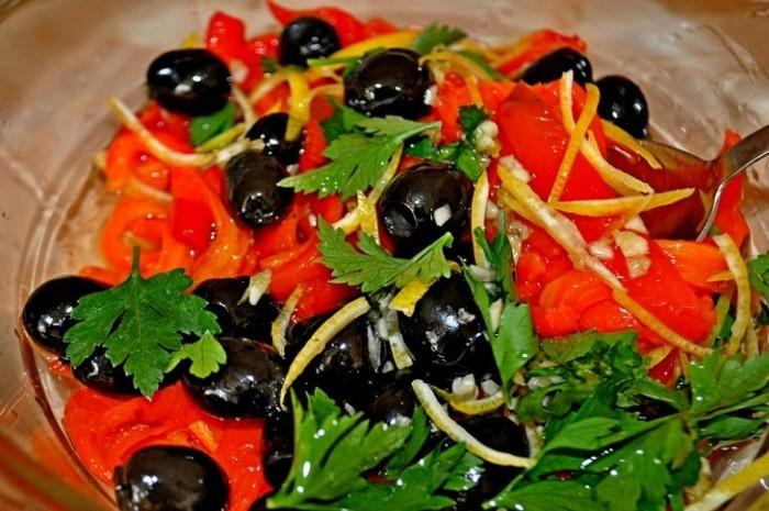Вкуснейший салат с печеным сладким перцем и оливками