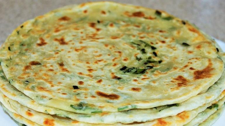 Очень вкусные слоеные лепешки с зеленью: вместо хлеба