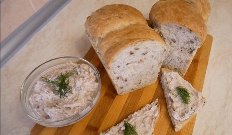 Медовый хлеб с орехами и семечками: паштет из сельди в качестве бонуса