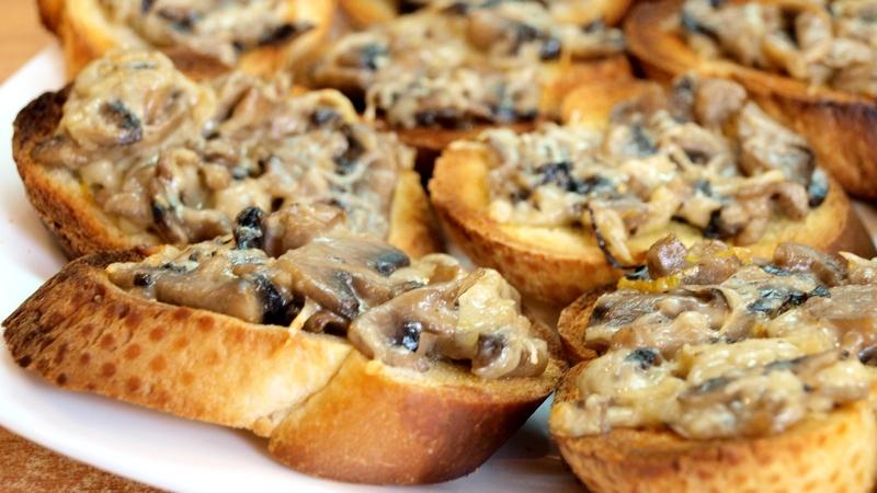 Кростини с грибами и сыром пармезан: очень вкусная закуска