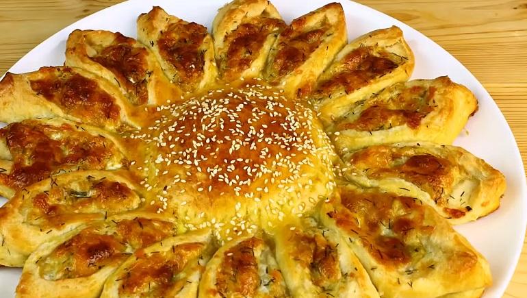 Оригинальный пирог-солнце с сырной начинкой: праздничная выпечка в повседневном меню