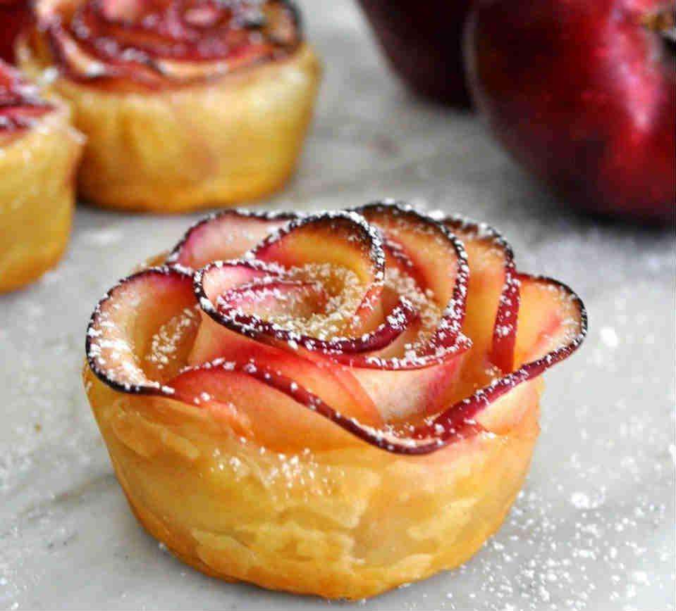 Невероятно красивая выпечка: розочки из слоеного теста с яблоком