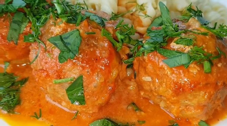 Тефтели в сметано-томатном соусе: красивое, вкусное и сытное блюдо