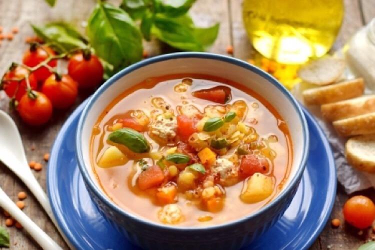 Вкусный томатный суп с чечевицей и куриными фрикадельками