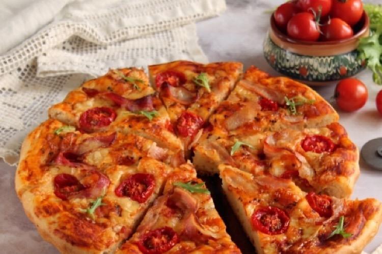 Вкусная домашняя дрожжевая пицца с беконом и помидорами