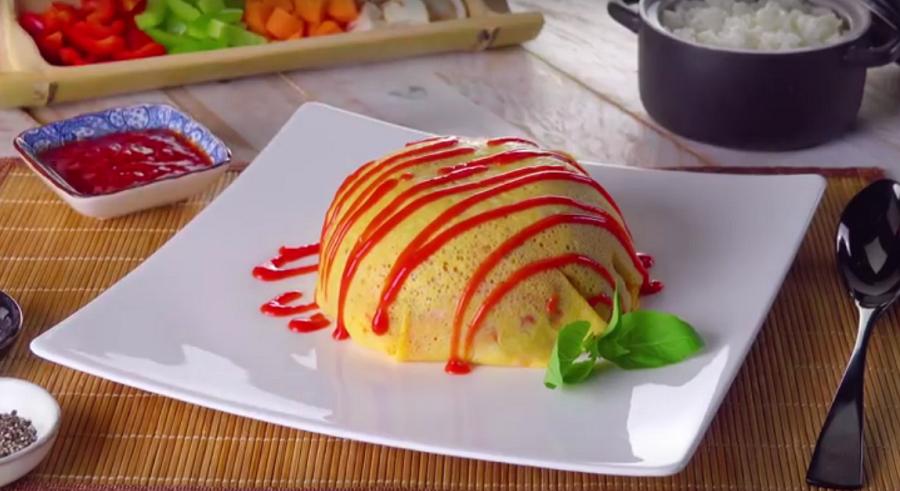 Главное блюдо спрятано под омлетом, а что там-никто не догадается