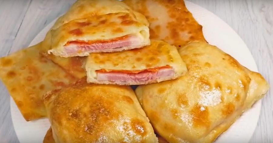 Мини-пирожки с ветчиной, сыром и помидорами