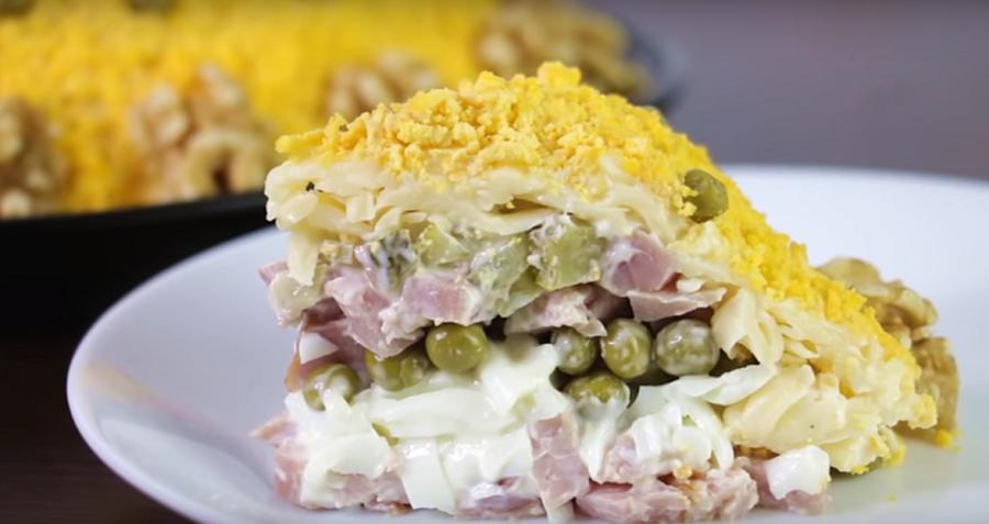 Салат на праздник с копченой курицей и сыром