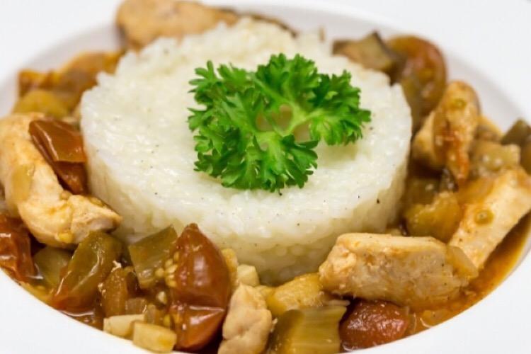 Обалденная курочка в овощном соусе с баклажанами