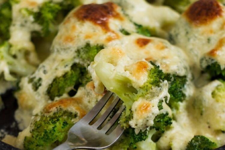 Брокколи под сметанно-сырным соусом: быстро, просто и мега вкусно