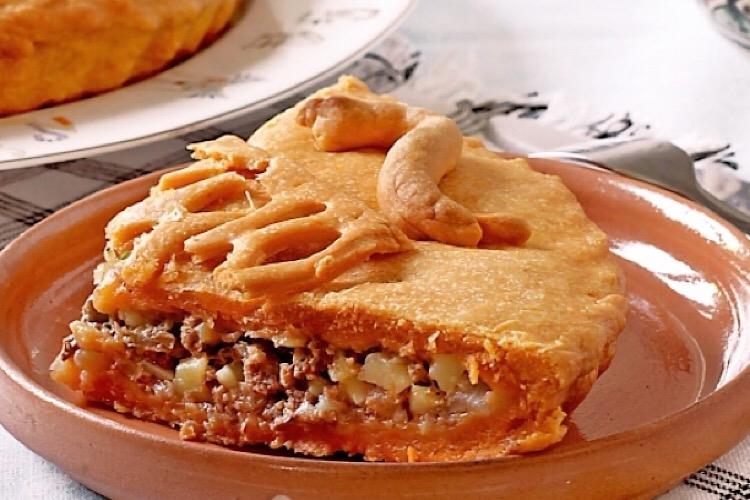 Аппетитный пирог с мясом на томатном соке