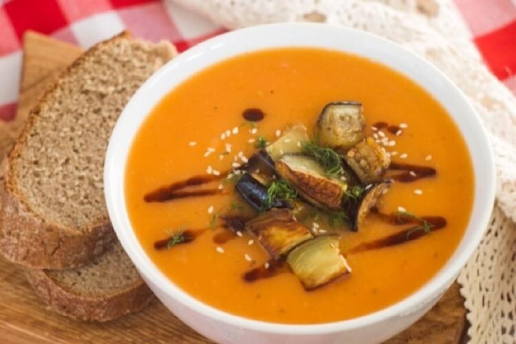 Очень аппетитный суп-пюре с помидорами и жареными баклажанами