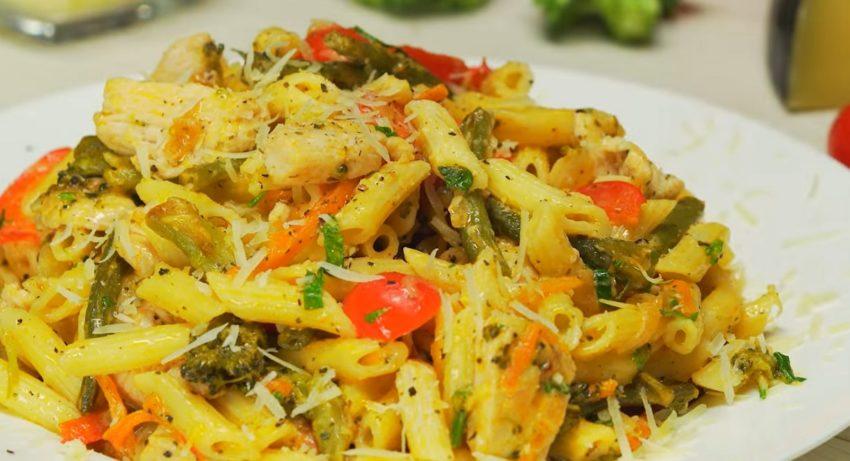 Мега аппетитные макароны с овощами и куриной грудкой